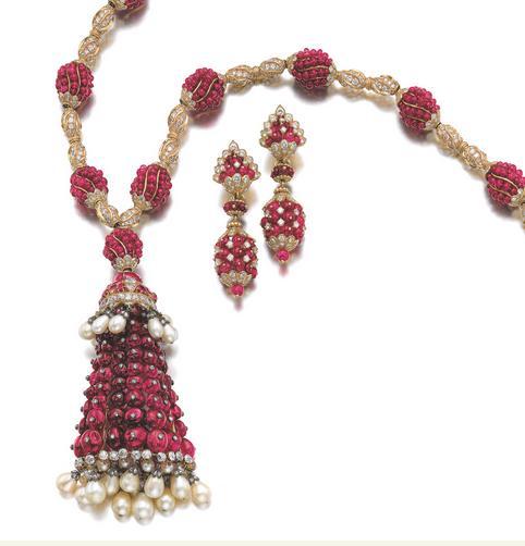 Fabuleuse parure en perles de rubis, perles de culture diamants et or jaune.